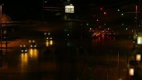 Автомобили останавливая на перекрестках и двигая в большой город, взгляд ночи, промежуток времени видеоматериал