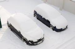автомобили покрыли снежок 2 Стоковые Фотографии RF