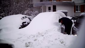 Автомобили покрытые с снегом в жилом районе Москвы акции видеоматериалы