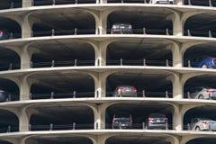Автомобили припарковали в месте для стоянки башен города Марины Стоковое фото RF