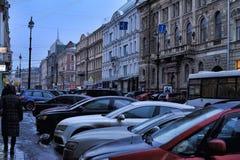 Автомобили припаркованные на улице в центре города и пешеходах стоковые фотографии rf