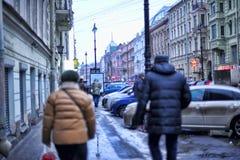 Автомобили припаркованные на улице в центре города и пешеходах стоковое изображение
