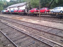 Автомобили продолжая поезд Красный голубой серебр стоковое фото