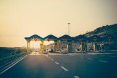 Автомобили пропуская через платные ворота на шоссе Стоковые Изображения RF