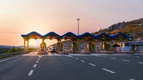 Автомобили пропуская через платные ворота на шоссе Стоковое фото RF