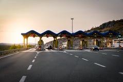 Автомобили пропуская через платные ворота на шоссе Стоковая Фотография RF