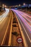 Автомобили проходя на шоссе в Palma de Mallorca вечером стоковое изображение rf