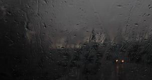 Автомобили проходя ненастным окном на ноче 4k 24fps акции видеоматериалы