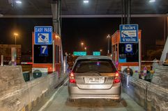 Автомобили стоя на входе шоссе ворот стоковое фото rf