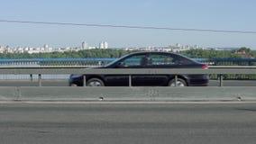 Автомобили управляют за мостом видеоматериал