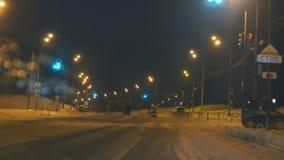 Автомобили управляют на дороге зимы ночи акции видеоматериалы