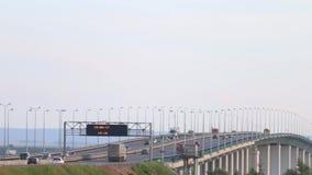 Автомобили, шины и тележки двигают на мост сток-видео