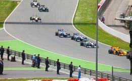 автомобили 1 обходят вокруг участвовать в гонке формулы Стоковое Фото