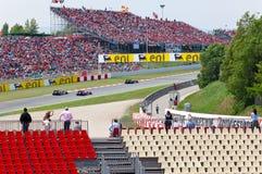 автомобили 1 обходят вокруг участвовать в гонке формулы Стоковая Фотография