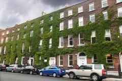 автомобили 4 здания ближайше припарковали нескольк этаж Стоковая Фотография