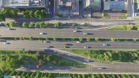 Автомобили Higway двигая взгляд сверху акции видеоматериалы