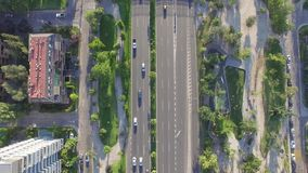 Автомобили Higway двигая взгляд сверху сток-видео