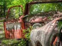 Автомобили Junkyard на старом городе автомобиля Белизна, GA стоковое фото