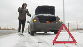 Автомобильная катастрофа Молодой человек готовя сломленный автомобиль Вызывать по телефону для помощи и объяснять проблему E стоковое изображение