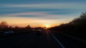 Автомобильное движение вечером стоковое изображение rf