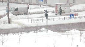 Автомобильное движение в городе зимы видеоматериал