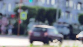 Автомобильное движение в городе на летний день сток-видео