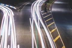 Автомобильное движение в городе на nighttime Стоковая Фотография