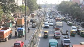 автомобильное движение на улицах вида с воздуха Индии сток-видео