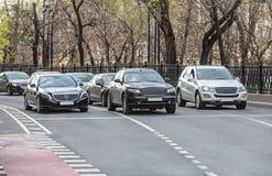 автомобильное движение на улице города Стоковые Изображения RF