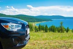 Автомобильное путешествие Лицевая часть автомобиля на предпосылке озера Hovsgol Стоковые Фото