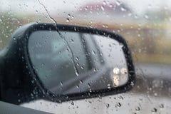 Автомобильное стекло с падениями дождя Стоковое Изображение