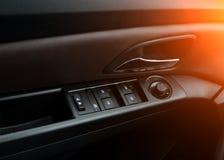 Автомобильные двери Обслуживание автомобиля внутреннее роскошное Детали интерьера автомобиля стоковые изображения