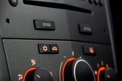Автомобильный радиоприемник с светлооранжевым стоковая фотография rf