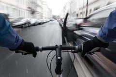 Автомобильный-dooring - велосипедист на курсе на столкновение с автомобильной дверью стоковое фото rf