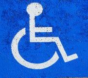 Автомобиль автостоянки с символом кресло-коляскы Стоковые Изображения