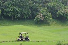 Автомобиль батареи в поле для гольфа Стоковая Фотография RF