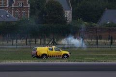 Автомобиль безопасностью проверяя взлетно-посадочную дорожку в AMS Schiphol аэропорта Амстердама стоковая фотография