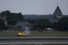 Автомобиль безопасностью проверяя взлетно-посадочную дорожку в AMS Schiphol аэропорта Амстердама стоковое изображение