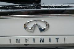 Автомобиль белизны Nissan Infiniti стоковое фото