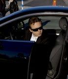 автомобиль бизнесмена выходя стоковое изображение rf