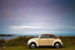 Автомобиль ветерана на французском пляже Стоковое фото RF
