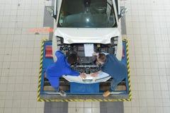 Автомобиль взгляд сверху будучи отремонтированным на гараже Стоковая Фотография
