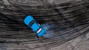 Автомобиль взгляд сверху перемещаясь, перемещаться водителя вида с воздуха профессиональный Стоковое фото RF