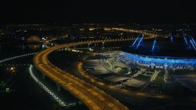 Автомобиль вида с воздуха двигая дальше стадион спорт прошлого дороги шоссе города современный сток-видео