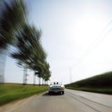 автомобиль вниз управляя быстрой дорогой Стоковое Изображение