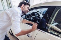 автомобиль выбирая человека нового стоковое фото rf