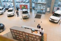 Автомобиль в выставочном зале дилерских полномочий Nissan в городе Казани взгляд сверху Стоковое Фото
