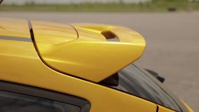 Автомобиль в парковке, автошины желт-апельсина спорт спойлера низкопрофильного гоночный автомобиль сопротивления, перемещаясь авт сток-видео