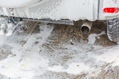 Автомобиль в пене Мойка пены Ручки пены с автомобилем Стоковое Фото