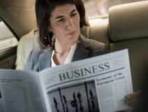 Автомобиль газеты чтения коммерсантки внутрь Стоковое фото RF